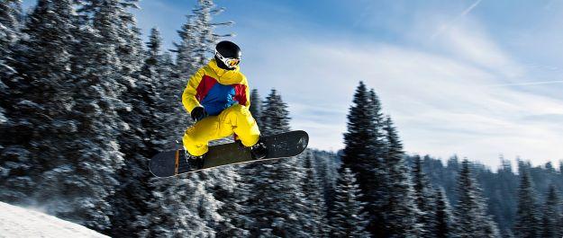 snowboarder_in_flight_tannheim_austria